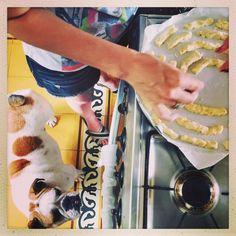 """""""A blogueira, Helga Maria, supervisionando a produção de cheese sticks pra receber os amigos no #cofibar de amanhã na nossa casa em Ipanema! E aqui…"""""""