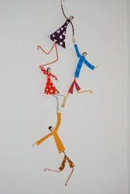 Make your family out of wire, paper and patterned tape Complemientas: Muñequitas de papel maché Paper Mache Crafts, Wire Crafts, Diy And Crafts, Arts And Crafts, Clay Dolls, Art Dolls, Paper Mache Sculpture, Wire Art, Paper Dolls