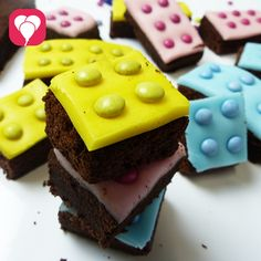 Hier erfährst Du, wie Du süßen Lego Kuchen backen kannst. Im Nu zauberst Du leckere Brownie Legosteine für den nächsten Kindergeburtstag!