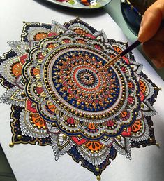 金属色丙烯曼陀罗图腾设计,艺术家Asmahan A. Mosleh