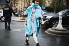El sueño de la Costura París, París, París Semana de la moda enero/2014 Es Anya Ziourova, que hace suya una maravillosa capa de Chloé teñida del mismo color que debe tener el cielo en el paraíso.