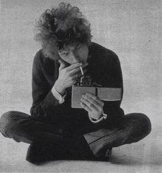 Cosa troverete: Bob Dylan che accende da un mega Zippo, David Bowie in versione scout imberbe, uno scozzese che fa la serenata a un pinguino, Jacqueline Kennedy …