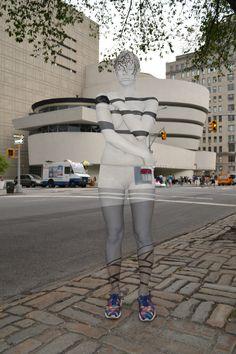 Die perfekte Tarnung für Touristen. More pics here: http://www.travelbook.de/welt/Urbane-Bodypainting-Magie-Kuenstlerin-verwandelt-Models-in-Stadtteile-527528.html (Foto: Trina Merry)