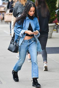 Zoe Kravitz Photos - 'Mad Max' actress Zoe Kravitz goes for a walk through the East Village in New York City, New York on March Zoe listened to music on her phone while she was out. - Zoe Kravitz Goes For a Walk in NYC Lenny Kravitz, Zoe Kravitz Style, Zoey Kravitz, Zoe Kravitz Tattoos, Zoe Kravitz Braids, Casual Street Style, Street Style Looks, Looks Style, Zoe Isabella Kravitz