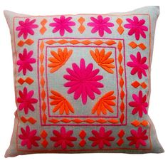 Bold and pretty simple pattern embroidered pillow Cushion Embroidery, Embroidery Stitches, Embroidery Patterns, Hand Embroidery, Machine Embroidery, Embroidered Cushions, Mexican Embroidery, Decorative Pillows, Needlework