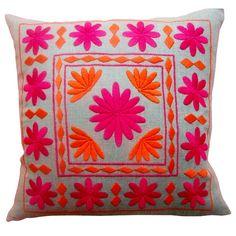 me encantaria tener mi sala llena de cojines bordados por nuestros artesanos