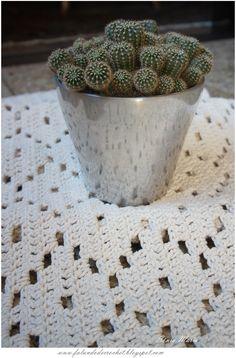 Olá, amiga(o)!     Teci esse Tapete de Crochê Filé Flores (Filet crochet Rug Flower) , enorme, para a cozinha da minha nora e ...