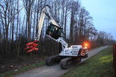 // JCB js260nc spezialumbau grubbing in use // At Rodungsarbeiten for a new flood was this JCB Js260nc Excavator + Westtech Woodcracker C450, with lift cabin and a boom length of 15.50 M (rebuilt by Echle-Hartstahl Gmbh)