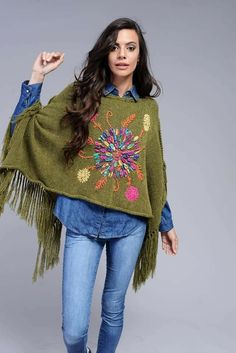 Me gusta Crochet Shawl, Knit Crochet, Poncho Outfit, Knitting Paterns, Mexican Fashion, Altering Clothes, Designer Scarves, Embroidered Clothes, Cardigan Pattern