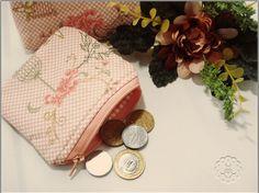 A necessaire é uma peça muito útil e prática, ótima para carregar coisas pequenas na bolsa de forma organizada.  Este kit está muito fofo <3  Confeccionadas com tecido 100% algodão, forradas, estruturadas e com matelassê. Cor: Rosa bebê com poás coloridos. Necessaire média 22 x 16 x 5 cm. Necessaire pequena 15 x 12 x 3 cm. #ateliemodah
