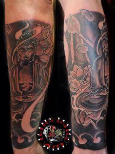 Budha a combara con flores de loto. Antebrazo Black Tattoos, Black And Grey, Portrait, Tatuajes, Flowers, Headshot Photography, Portrait Paintings, Black Art Tattoo, Drawings