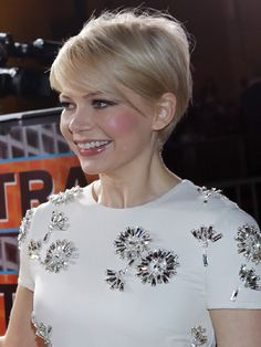 Oscar nominated actress Michelle Williams is said to wear short hair in memory of her late partner Heath Ledger.