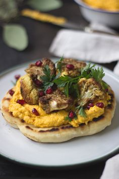 Veganes Rezept: Pfannenfladenbrot mit Kürbis-Hummus und im Ofen gebackenem Blumenkohl