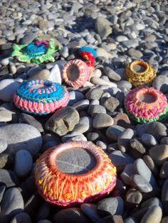 I've beaded beach rocks - why not crochet bezel them? Crochet Stone, Freeform Crochet, Crochet Yarn, Knitting Yarn, Saint Aubin, Yarn Bombing, Sticks And Stones, Crochet Projects, Crochet Ideas