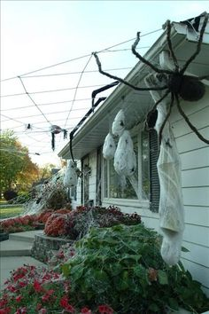 See this step by step guide for how to make fun and scary halloween decor for the outside of your house. Halloween is almost upon us so most stores are already dropping prices on their halloween decorations. Halloween Prop, Casa Halloween, Halloween Outside, Halloween Spider Decorations, Outdoor Halloween, Halloween Party Decor, Halloween Horror, Halloween Tricks, Spider Webs Halloween