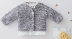 Entièrement tricoté au point mousse, ce modèle est réalisable même par les débutantes. Le cadeau idéal pour faire plaisir à une jeune maman. Tailles: a) naissance; b) 3 mois; c) 6 ...