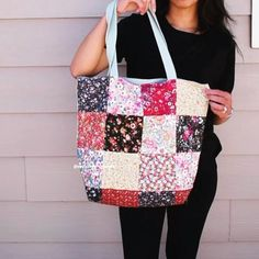 This is the patchwork style of the foldable bag tutorial, great to use us some of your scraps Bag Pattern Free, Bag Patterns To Sew, Sewing Patterns, Handbag Patterns, Patchwork Bags, Quilted Bag, Sewing Tutorials, Sewing Projects, Bag Tutorials