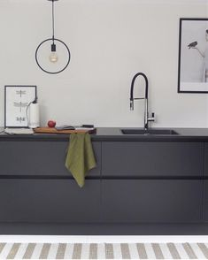 Home Decoration Ideas Images Key: 4704832956 Minimal Kitchen, New Kitchen, Kitchen Dining, Kitchen Decor, Black Kitchens, Home Kitchens, Grey Kitchen Designs, Kitchen Cabinetry, Kitchen Styling