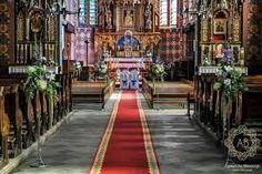Znalezione obrazy dla zapytania niebiesko-różowo-białe kompozycje kwiatowe w kościele