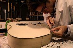 Construcción artesanal de la guitarra clásica. Classical Guitar, Workshop, Home Appliances, Guitar Building, Guitars, House Appliances, Atelier, Work Shop Garage, Appliances