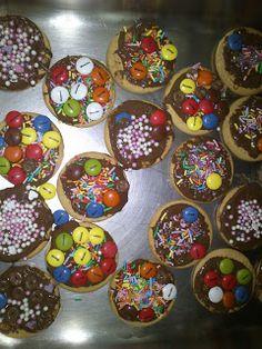 Decorem galetes! Hansel Y Gretel, Mantecaditos, Cookies, Arts And Crafts, Happy Birthday, Easter, Chocolate, Party, Desserts