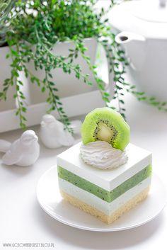 Ciasto które Wam dziś prezentuję powstało nie tylko bardzo spontanicznie, ale też przy Waszej pomocy :) Wszystko zaczęło się od nadprogramowego, cienkiego