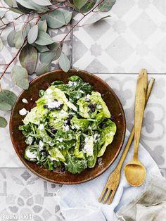Mustapapu-pinaattisalaatti saa kivaa hapokkuutta jogurttikastikkeesta. Sekoita kastike ronskisti joukkoon, niin mustapapu-pinaattisalaatti maustuu hyvin! Text: Suvi Rüster Pic: Sami Repo #salad #blackbeansalad #blackbeans #spinachsalad #spinach