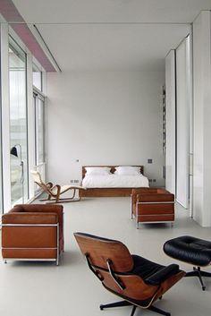 Es el tipo de habitacion que quiero. Un par de Barcelonas, El chase de Eames y algunas otras piezas mas!