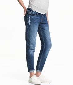 MAMA Boyfriend Trashed Jeans: jeans in washed stretch denim with hard-worn details, wide ribbing at the waist for optimum comfort and tapered legs. Jeans Boyfriend, Maternity Wear, Maternity Fashion, H&m Fashion, Fashion Online, Slim Jeans, Skinny Jeans, Balayage Hair Brunette With Blonde, Trashed Jeans