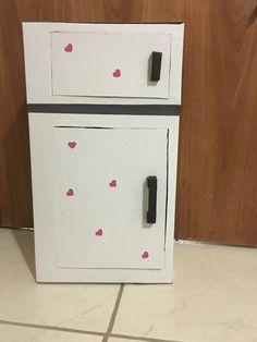 Nevera de cartón Top Freezer Refrigerator, Kitchen Appliances, Activities, Cardboard Kitchen, Fridge Cooler, Carton Box, Crates, Manualidades, Diy Kitchen Appliances