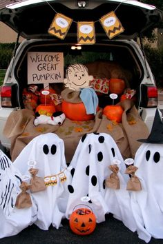 This blogger channeled her inner Charlie Brown for a fun display filled with pumpkins, ghosts, and—yes—even Snoopy.