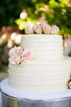 Torta de boda con glaseado rústico de color blanco, decorada con rosas de color pastel. #ToetaDeBoda