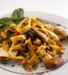 Domenica in tavola Tagliatelle alle olive Un piatto stuzzicante ed estivo  http://www.mentaerosmarino.org/domenica-in-tavola-tagliatelle-alle-olive-un-piatto-vegetariano-stuzzicante-ed-estivo/