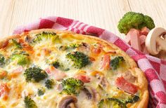 Hartige taart met Koopmans mix. Vulling: 125g hamblok *125 g spekreepje *250g champignons *1 ui *150 g ger kaas *150ml melk *3 ei * paprika