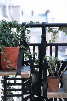 Bacsac balcony brettelles and a wooden board to make a small hanging shelf, a good idea to remember to build a small urban balcony. Condo Balcony, Interior Balcony, Balcony Design, Apartment Balconies, Urban Garden Design, Garden Privacy, Outdoor Plants, Plant Decor, Porch