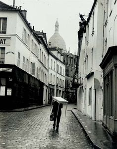 Montmartre - Rainy day in Paris, circa 1960 André Kertész Andre Kertesz, Budapest, Montmartre Paris, History Of Photography, Street Photography, Rain Photography, Color Photography, New York City, Robert Doisneau