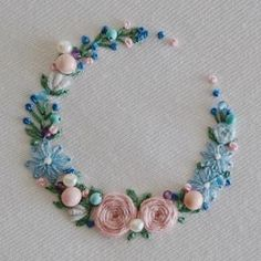 Hand Embroidery Videos, Hand Embroidery Flowers, Embroidery Works, Hand Embroidery Stitches, Silk Ribbon Embroidery, Embroidery Hoop Art, Cross Stitch Embroidery, Floral Embroidery Patterns, Hand Embroidery Designs