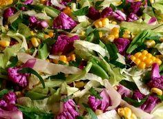 Smuk salat med iceberg, nykogte majs, lilla blomkål, slikærter og persilledrys