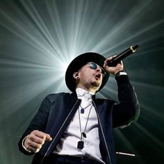 Love this picture of the light behind Chester❤Bennington ❤