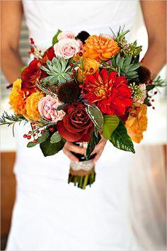 Brautstrauß, Herbsthochzeit, orange und rote Blumen mit Beeren, Hochzeit
