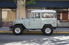 It's a Toyota Land cruiser but looks like a jeep! Toyota Land Cruiser, Fj Cruiser, Toyota Fj40, Toyota Supra, Toyota Tacoma, My Dream Car, Dream Cars, Jimny Suzuki, A Well Traveled Woman