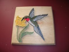 Kolibrie, tekenreeks kunst. Gemaakt met gebeitst hout, tekenreeks en nagels. Afmetingen: 9.5 L X 9.5W X 1,375 D. wanddecoratie