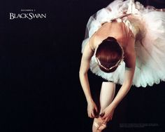 Plus the black swan/white swan costumes were designed by Laura and Kate Mulleavy of Rodarte, one of the most youthful and forward fashion designers of Dance Like No One Is Watching, Just Dance, Grands Ballets Canadiens, Natalie Portman Black Swan, Black Swan 2010, Swan Wallpaper, White Swan, Ballet Costumes, Movie Costumes