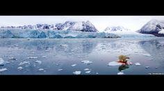 """""""Esta foto foi feita pelo fotógrafo norueguês Pål Hermansen, e é o resultado da junção de duas imagens. Ele capturou este cenário incrível e o extraordinário ponto vermelho onde o urso polar matou uma foca."""" (Polar panorama 2005; polar bear feeding on a ringed seal; Svalbard, Norway digital)"""