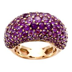 This stunning estate ring offers a dome design covered with round-cut amethyst gemstones. The rich 18-karat rose gold construction of this ring contrasts beautifully with the gemstones. Pre-owned Esta