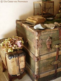 Vintage Decor Diy Decoration with big rustic storage chest. Great additional decor for living room. Shabby Chic Trunk, Vintage Shabby Chic, Shabby Chic Homes, Shabby Chic Furniture, Shabby Chic Decor, Vintage Decor, Distressed Furniture, Vintage Props, White Furniture