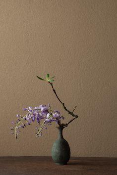 2012年5月14日(月)    5月の色といえば紫。   花=藤(フジ)、躑躅(ツツジ)   器=青銅王子形水瓶(六朝時代)