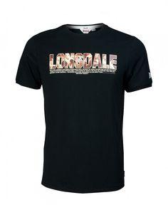 Sportliches Lonsdale T-Shirt für Herren, das die jahrzehntelange Box-Tradition der britischen Marke in einem coolen Design aufgreift. Im Lonsdale Schriftzug sind zahlreiche Größen des Box-Sports zu erkennen, die die Kleidung der Marke bei ihren Kämpfen trugen.  Material: 100% Baumwolle...
