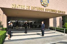 El gobernador Javier Duarte de Ochoa fue recibido por personal y autoridades navales en su llegada al Centro de Estudios Superiores Navales para participar en el seminario La seguridad y defensa nacional mexicana y las amenazas asimétricas en las fronteras en una dimensión geopolítica.