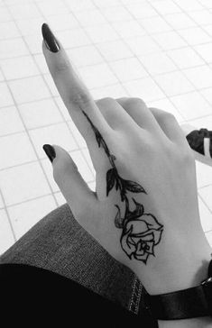Hand And Finger Tattoos, Simple Hand Tattoos, Simple Henna Tattoo, Cute Hand Tattoos, Henna Tattoo Hand, Rose Hand Tattoo, Finger Tattoo For Women, Hand Tattoos For Women, Henna Tattoo Designs